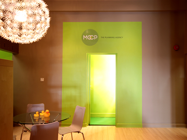 03-RESTLESS-DESIGN-MCCP-OFFICE-GREEN-DOORWAY-FLOWER-LIGHTING