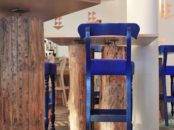 05-RESTLESS-DESIGN-OCEAN-BAR-ARMADA-HOTEL-SPANISH-POINT-TREE-TRUNK-TABLES-SEA-BLUE-BAR-HIGH-CHAIRS