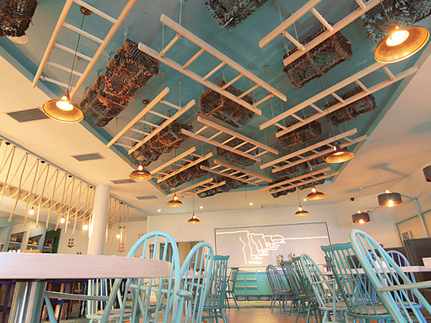 06-RESTLESS-DESIGN-OCEAN-BAR-ARMADA-HOTEL-SPANISH-POINT-SUSPENED-CEILING-FEATURES-LADDERS-LOBSTER-CRATES-NETS-SKY-BLUE-GRANNY-CHAIRS